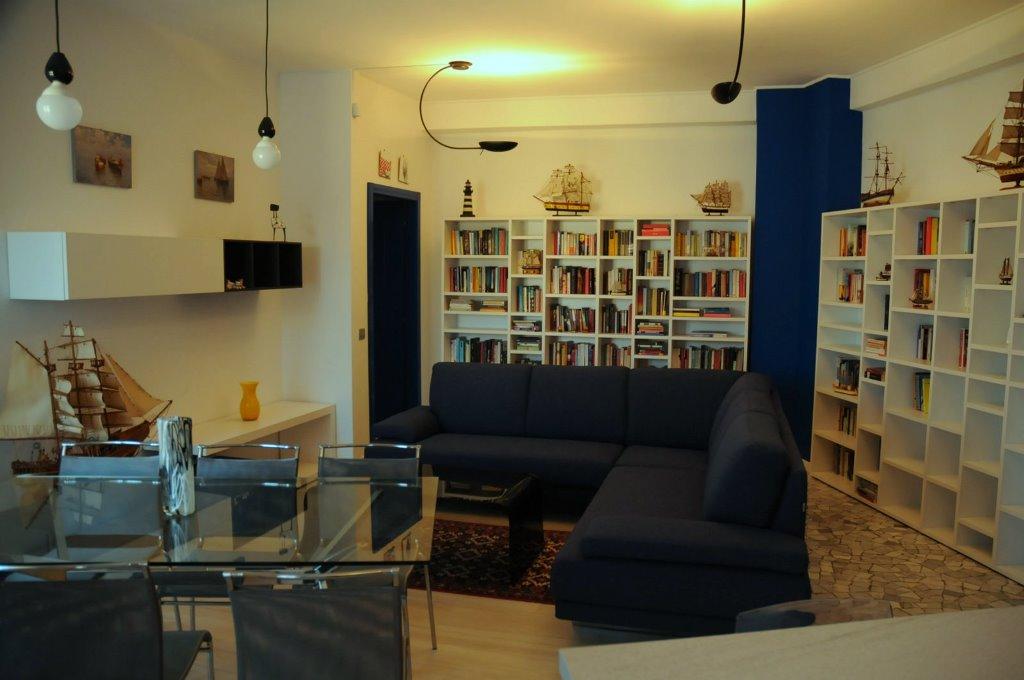 Zona giorno con librerie