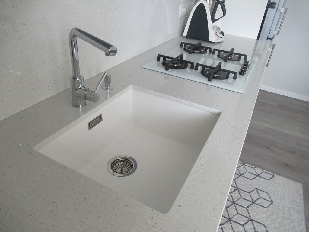 Particolare top agglomerato quarzo e vasca sottotop in materiali compositi.